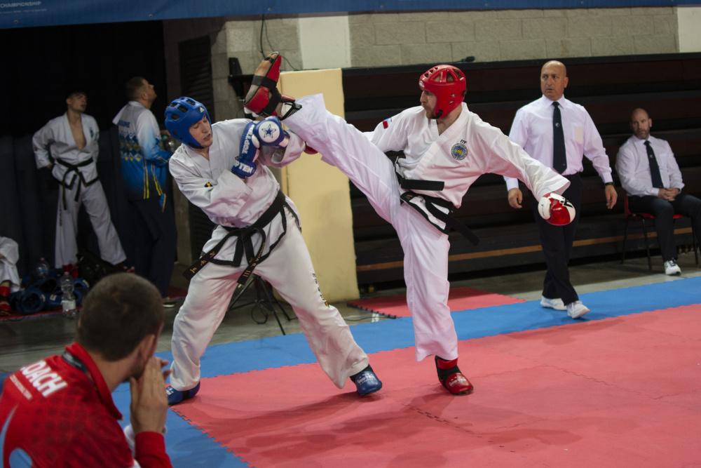 Vojta Čech nastupuje na ring v soutěži technických sestav.